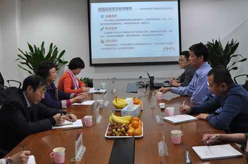 杜莉与弘成教育CEO兼弘成学习中心总经理丁向东亲切交谈